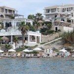 Rechts das Delpino Blu mit Strandbar, Sonnendeck, Veranda, Pool, Terasse und den Suiten