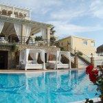 Der Hotelpool mit Blick auf Restaurant-Terasse (darunter Fittness-Studio) und die Honeymoon Suit