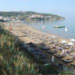 Blick vom Poolbereich auf den Strand und den Ort von Agios Stefanos