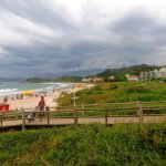impecables pasarelas de madera de acceso a la playa