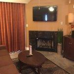 sala com sofá e lareira