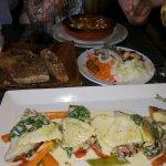 Vegetarisch Zucchinipuffer und gefüllte Ravioli