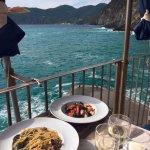 Spaghetti alle vongole e tagliolini al nero di seppia, scampi e pomodori.