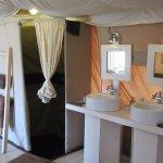 Dusche und Lavabo (WC befindet sich rechts ausserhalb des Fotos)