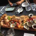 een plank. met veel vlees en vis. erg lekker!