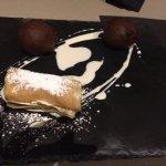 Palline di cioccolato e rotolo di pasta fillo con crema al burro
