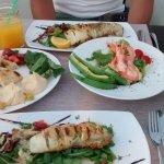Pita, hummus, calamari ripieni di feta e pomodorini, gamberi e avocado