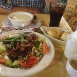 ステーキサラダ、スープ(ほぼシチュー)とホットショコラ