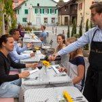Gäste geniessen den super Weinservice