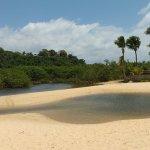 o rio forma piscinas na areia...