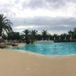 La piscine avec jacuzzi et couloir de jets