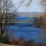 Blick vom Park auf die Glienicker Brücke im Winter
