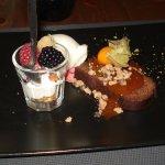 café gourmand ,moelleux chocolat avec sauce caramel beurre salé, verrine mascarpone fruits frais