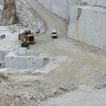 fuoristrada 4x4 con turisti tra gli scavi