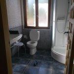 Baño amplio y limpio con ducha de hidromasaje