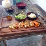 Brochette de gambas avec salade et purée maison