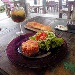 Tartare de thon blanc avec fruits (pastèque et mangue) et sa salade
