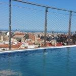 Vue différente depuis (dans) la piscine sur le toit