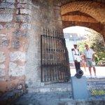 Esta instalación estaba compuesta por una muralla,una fosa en forma triangular y varias garitas.