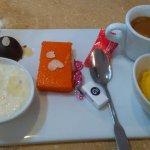 Café gourmant (en rouge orange : gateau de sémoule à la carotte)