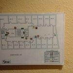 La explicacion de la ruta de salida de emergencia sujetada a la pared con cinta adhesiva