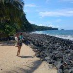 Pequeño espacio de la playa complementada con rocas para el rompe olas