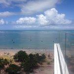 Barquinhos na praia, ao fundo as piscinas naturais