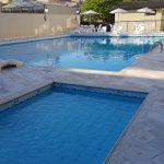 Las dos piscinas del hotel San Rafael.-