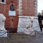Uno de los leones parece famélico...