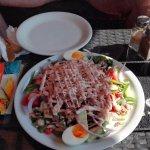 ведро салата с тунцом