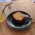 Gâteau à la banane et thé glacé à la menthe