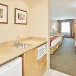 Photo de Holiday Inn Express Hotel & Suites Vernon