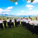 L'Equipe de L'Auberge Basque devant la vue sur la Rhune