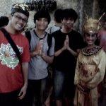 Berfoto bersama para seniman tarian Bali sesudah pertunjukkan selesai.