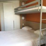 Chambre avec un grand lit 2 personnes et un lit une personne