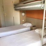 Chambre avec 3 lits séparés