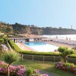 Vue depuis le Club de vacances sur les piscines, la mer et le phare de Biarritz