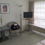 Einfach aber sauber eingerichtetes, grosses Doppelzimmer