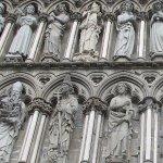 大聖堂正面左側。手に様々な物を持っています。 (219314669)