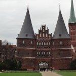 ホルステン門の後ろの尖塔が、聖ペトリ教会です