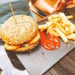 Serwowany niegdyś burger z m.in. krążkami cebulowymi