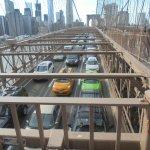 Vue emblematique de la circulation sur le pont de Brooklyn