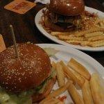 Hambúrguer de costela e cebolas crocantes