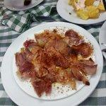 Patatas muy crujientes mejillones jugosos y el lacon no muy fino cortado pero bueno al paladar