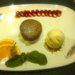 Moelleux au chocolat, boule de glace vanille et coulis de fruit de la passion
