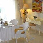 Detalhe do quarto - mesa com cesta de frutas de boas vindas