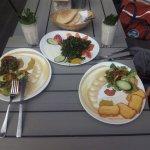 Halumi-Teller und ein Fleischgericht