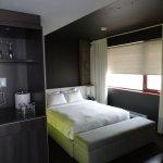 Schlafzimmer mit Kitchenette King-Bett