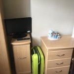Televisión, armario y mesa