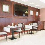 """Интерьер ресторана """"Аларус"""" оформлен со вкусом. Одетые в дерево стены, льняные скатерти, мягкий"""